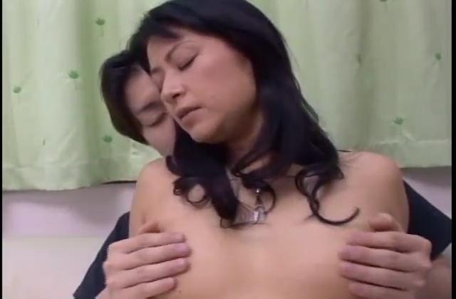熟女の母親が息子と濃密な近親相姦